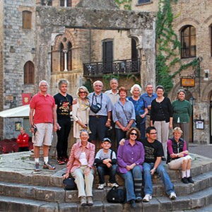 Tour group at the steps in front of the well at San Gimignano